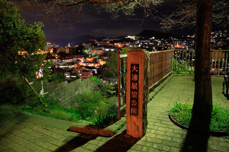 周辺の住宅街の明かりが鮮やかな隠れた夜景スポット