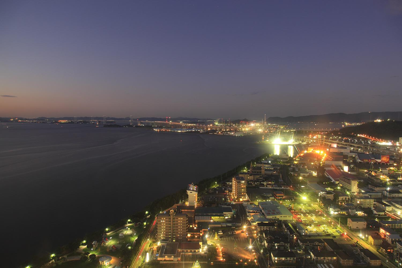 瀬戸内海と瀬戸大橋の夜景を望める