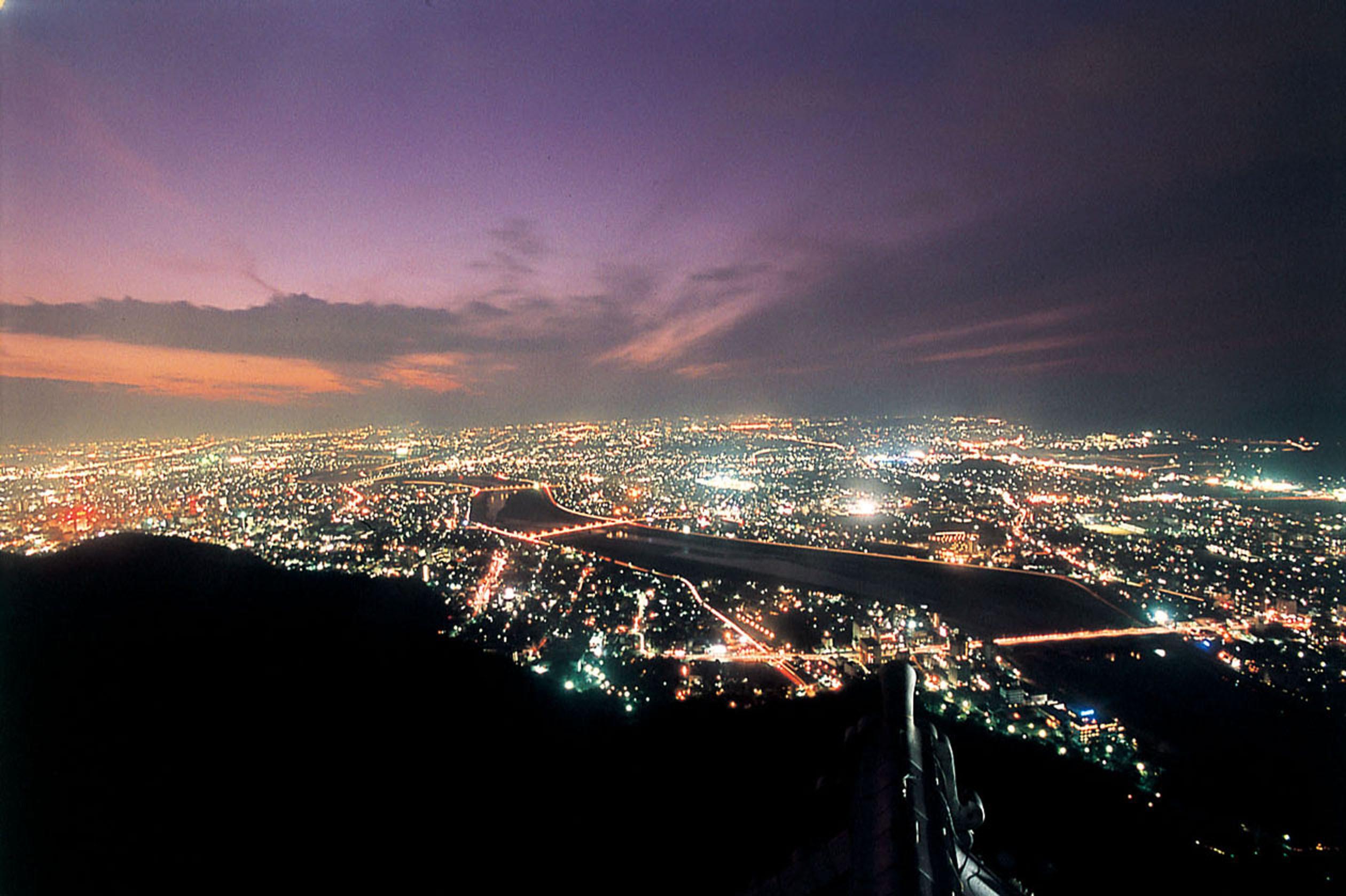 金華山山頂にある岐阜城天守閣から望むパノラマ夜景