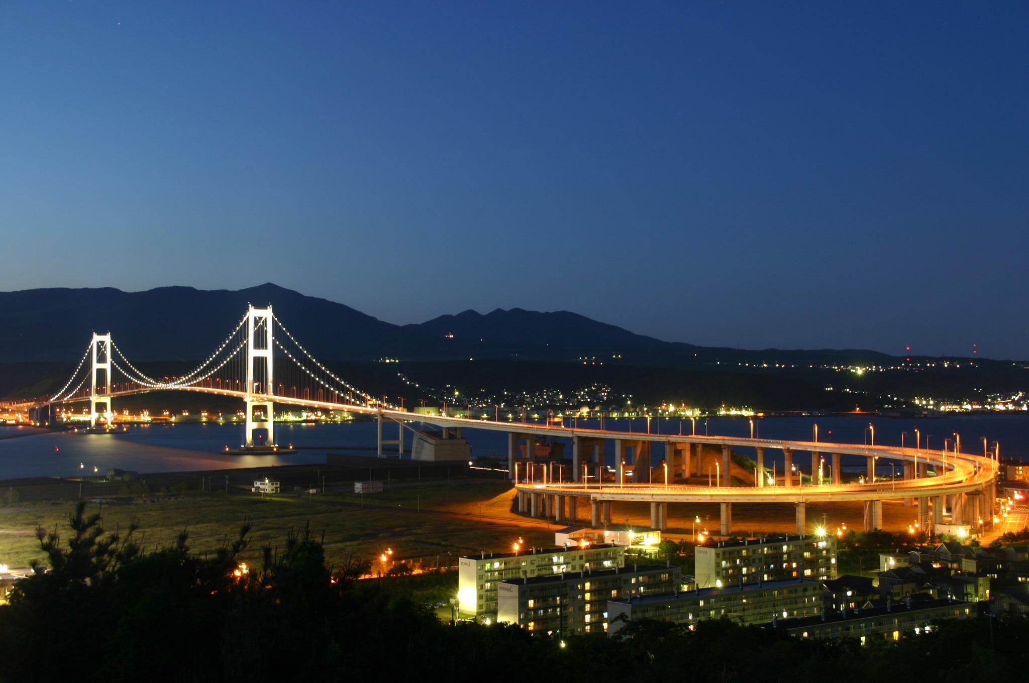 鷲別岳を背景に白鳥大橋や対岸の工場の明かりもくっきり見える