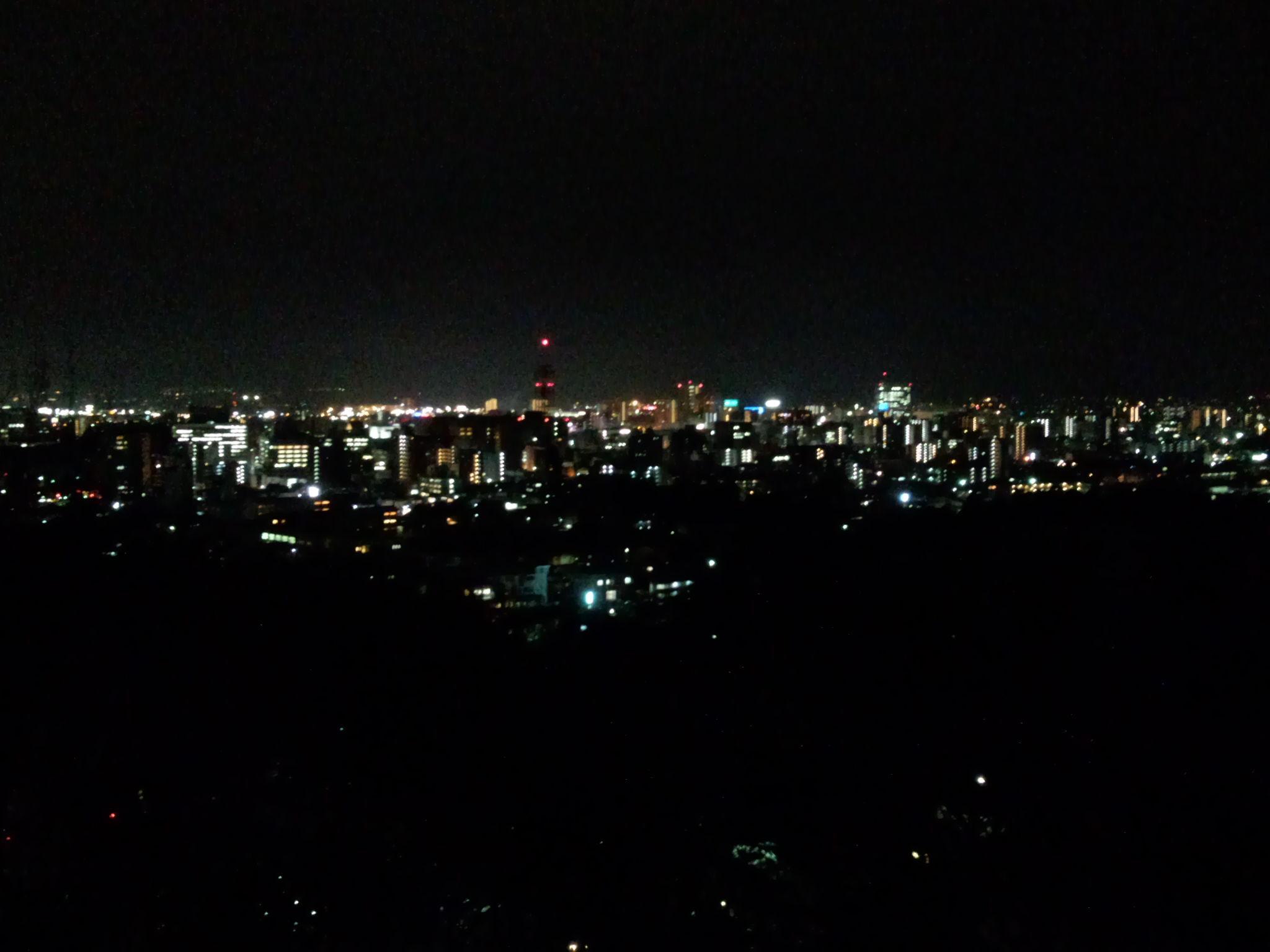 北東方向には市街地の夜景の中心にテレビ塔が見える