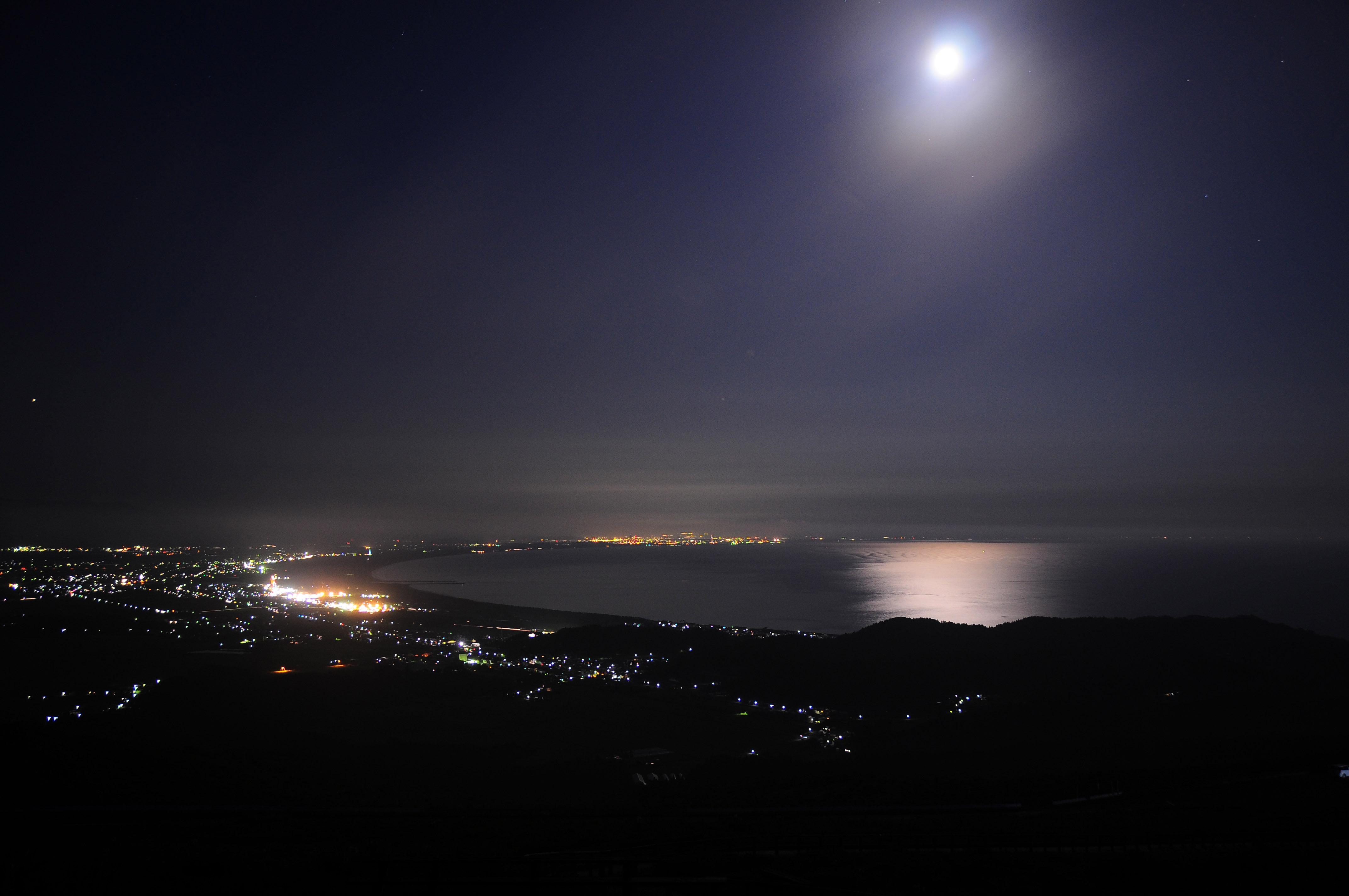 寒風山山頂から見る男鹿半島を縁どる街明かり