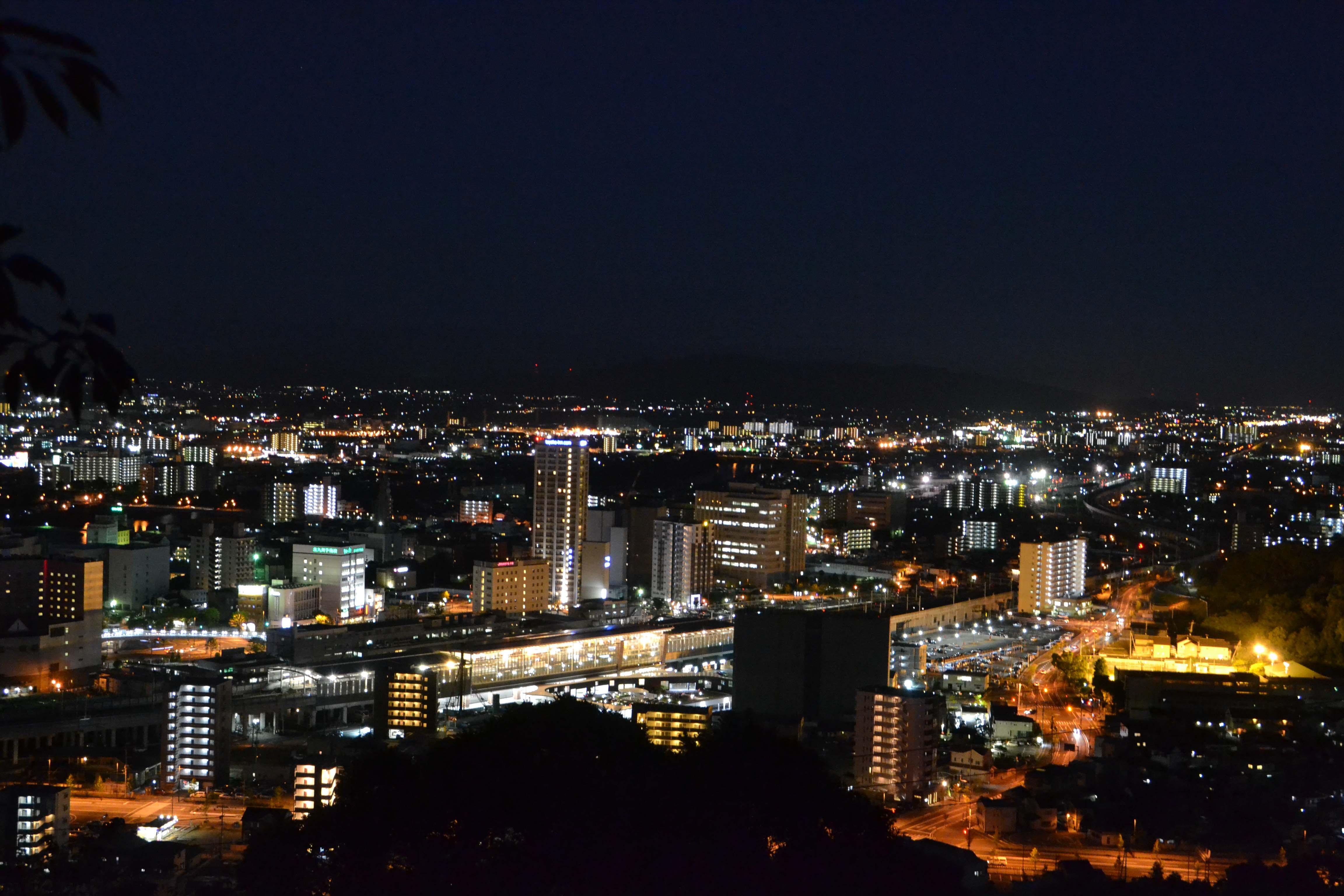 明かりに照らされた熊本駅が手に取るように見える