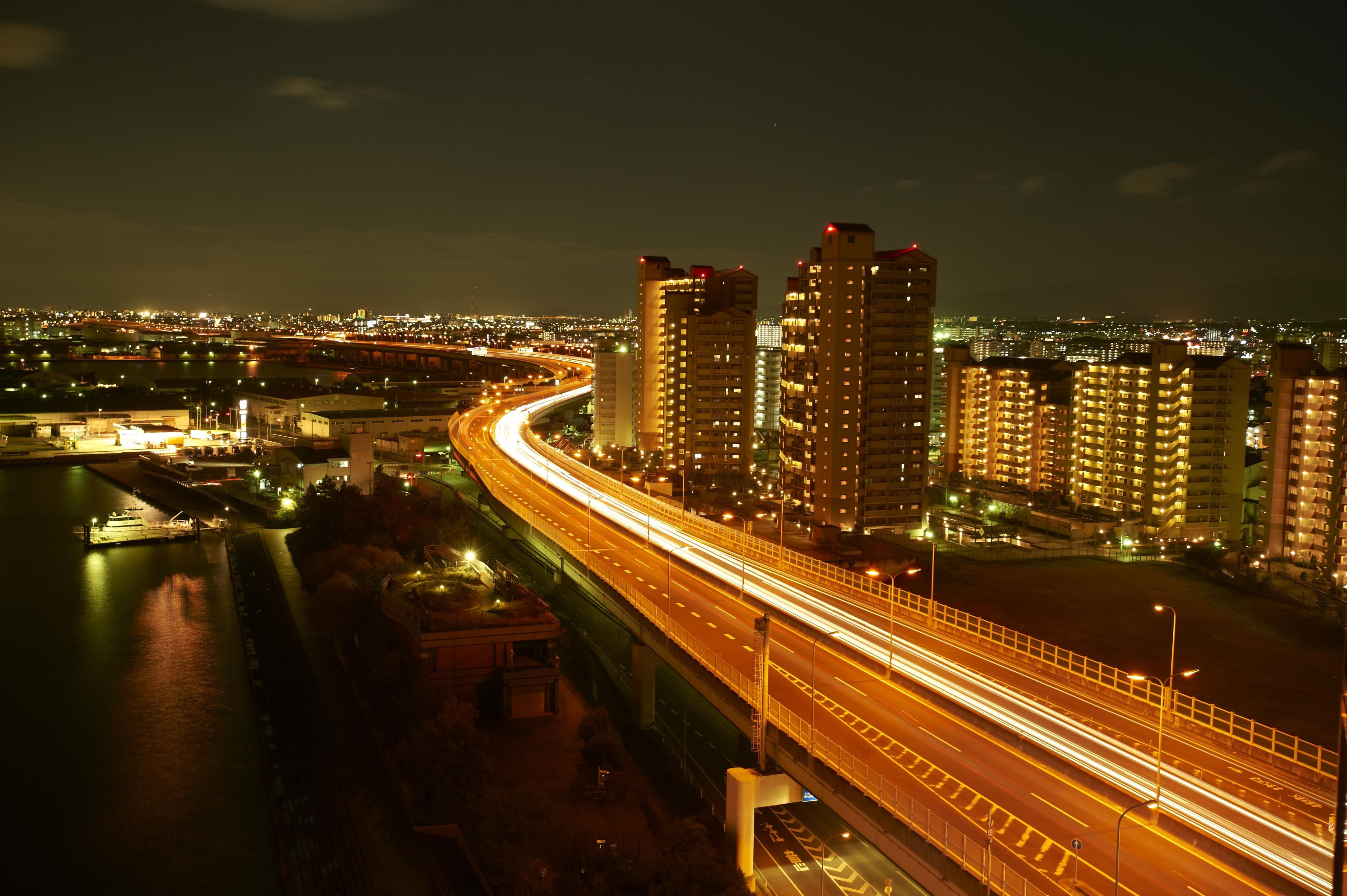 阪神高速道路4号湾岸線の明かりの向こうに広がる大阪湾沿岸の街明かり