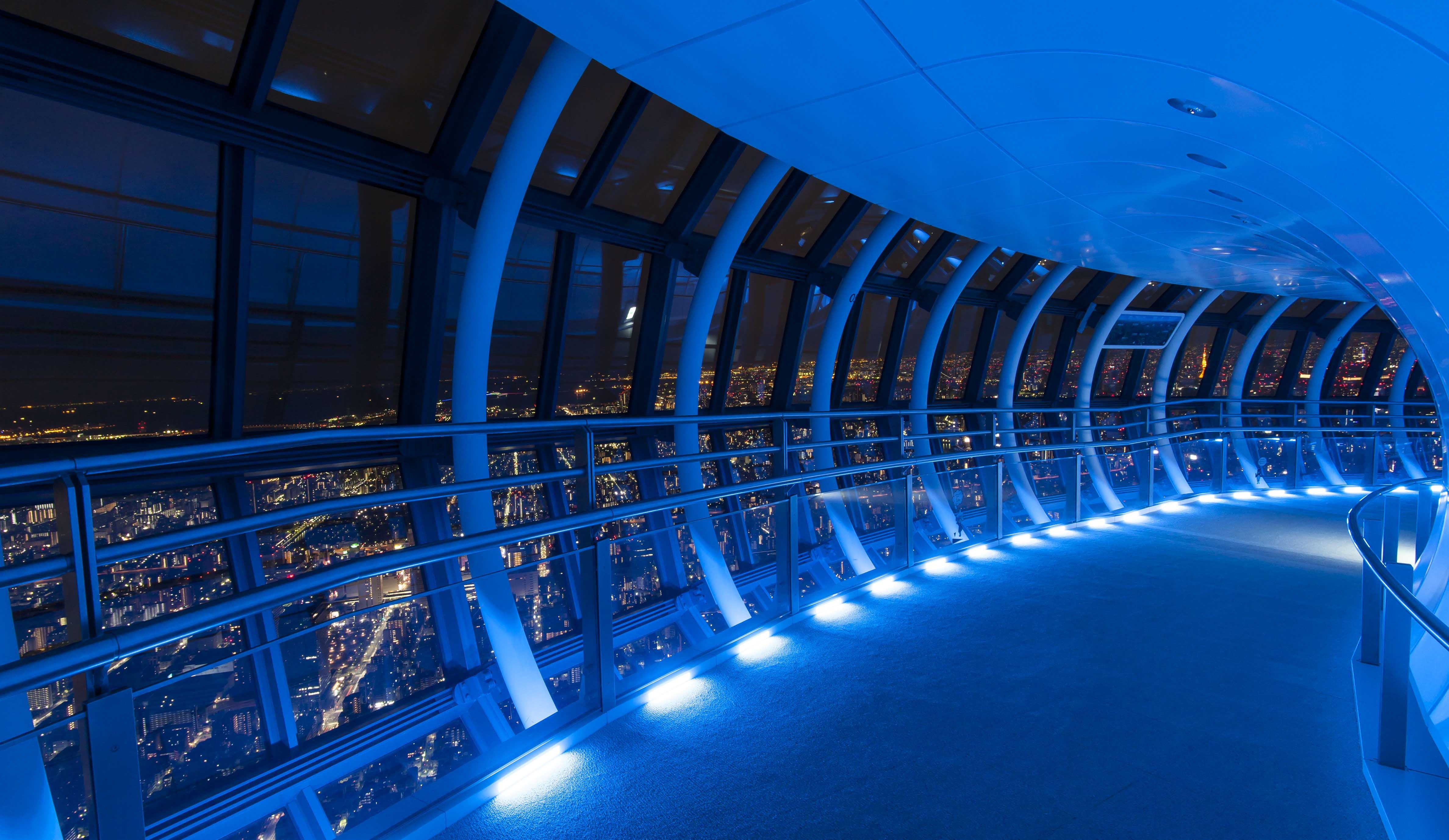 幻想的な雰囲気の天望回廊内